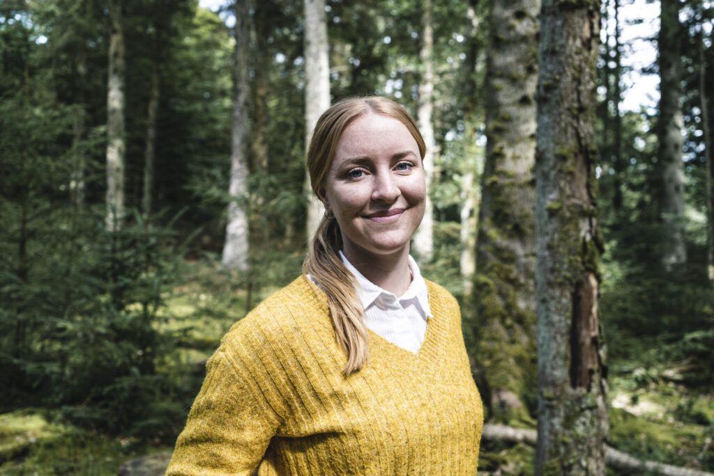 Nærbillede af Dorte Toft med skov i baggrunden